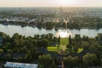 Unser Startplatz im Drägerpark inkl. der 7 Türme Lübecks im Gegenlicht